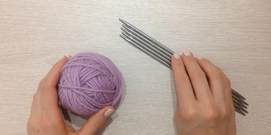 Вяжем спицами варежки с косами по схеме с описанием и видео