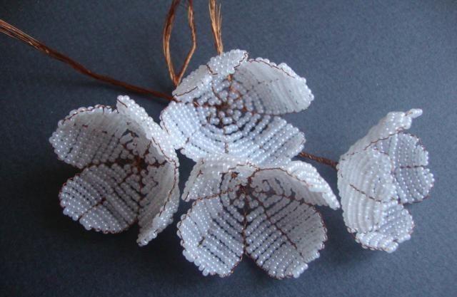 Жасмин из бисера в подробном фото мастер-классе с примерами схем плетения