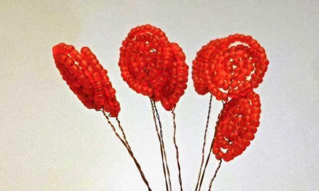 Гвоздика из бисера: два варианта плетения (фото и видео урок)